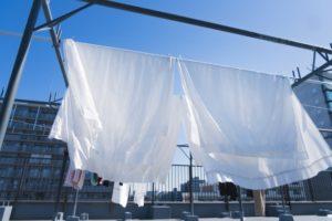 強風の日でもベランダで洗濯物を飛ばされず清潔に干す方法