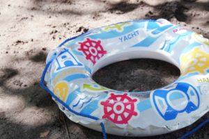 浮き輪に使う空気入れがない時の簡単で手早く空気を入れる方法