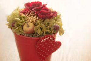老人ホームの面会の手土産にお花はダメ?その理由とオススメの品