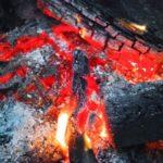 たき火の燃え残りや灰の後処理はどうすればいい?