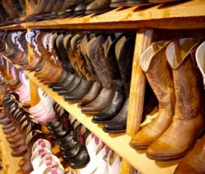 ブーツの合皮が剥がれてボロボロに…補修はできる?経年劣化を防ぐ方法は?