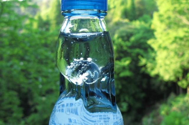 ラムネ瓶の形はなぜデコボコしている?ビー玉を入れる意味は?