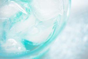 冷凍庫に入れた氷がなんか臭い…ニオイを取る方法はある?原因は何?